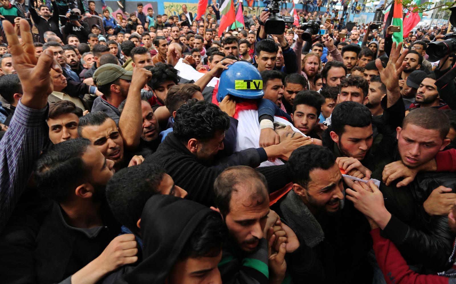 """غزة تودع """"شهيد الحقيقة"""" الصحافي أبو حسين"""