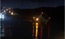 إصابات بانقلاب حافلة جرفتها السيول بجنوب البلاد