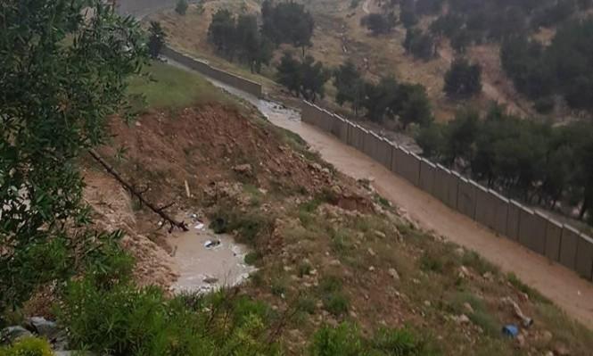 القدس المُحتلّة: انهيار جزء من جدار الفصل العنصري بسبب السيول