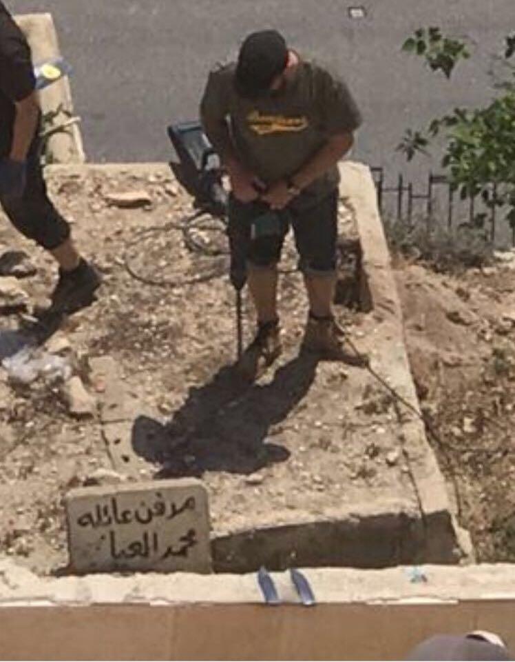 الاحتلال يقوم بنبش قبور لعائلة العباسي بمقبرة باب الرحمة