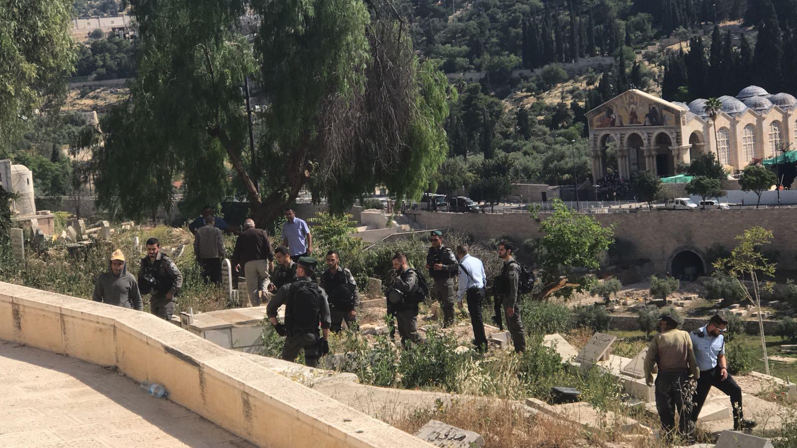 مقدسيون يتصدون لاقتحام الاحتلال لمقبرة الرحمة