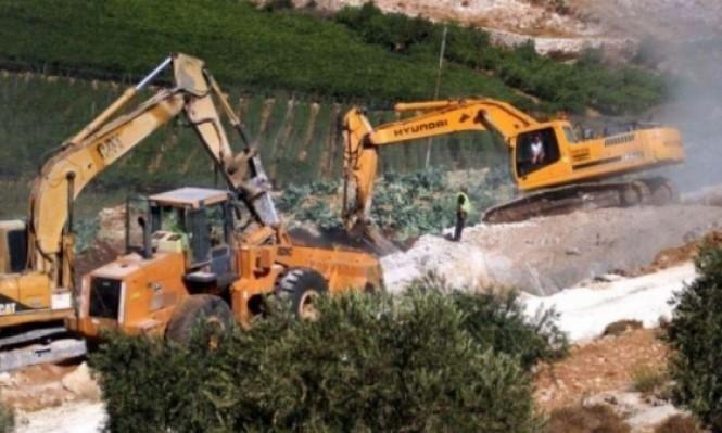 الاحتلال يجرف ويخطر بمصادرة أراضٍ جنوب نابلس