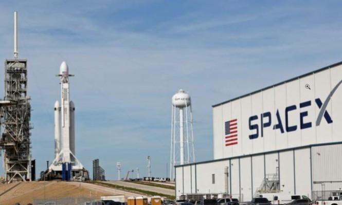 """""""سبيس إكس"""" توقف إطلاق أولى رحلاتها التّجارية لصاروخ """"فالكون9"""""""