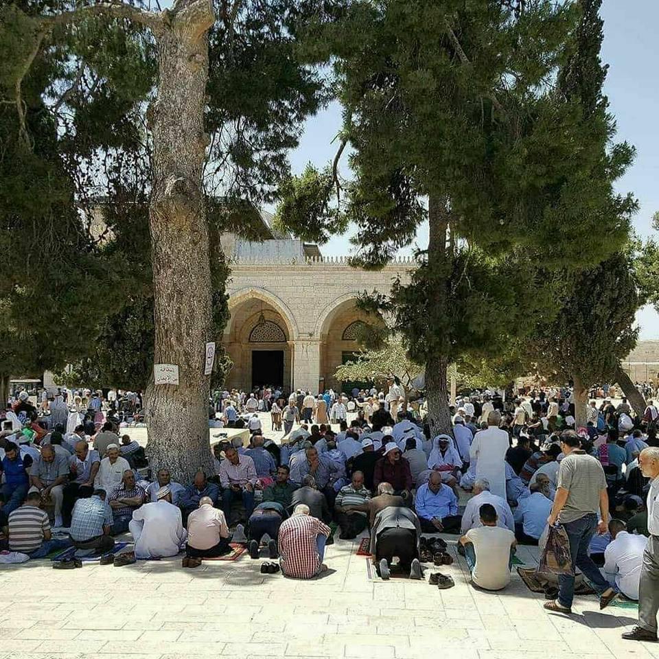 جموع الفلسطينيين تؤدي صلاة الجمعة الأولى من رمضان بالأقصى