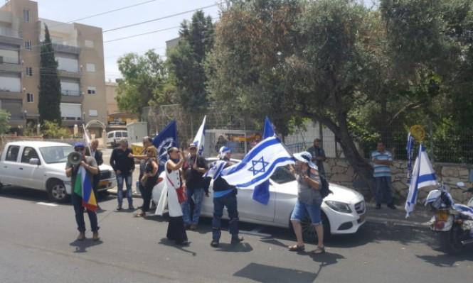 حيفا: تظاهرة لليمين الإسرائيلي أمام منزل النائب عودة
