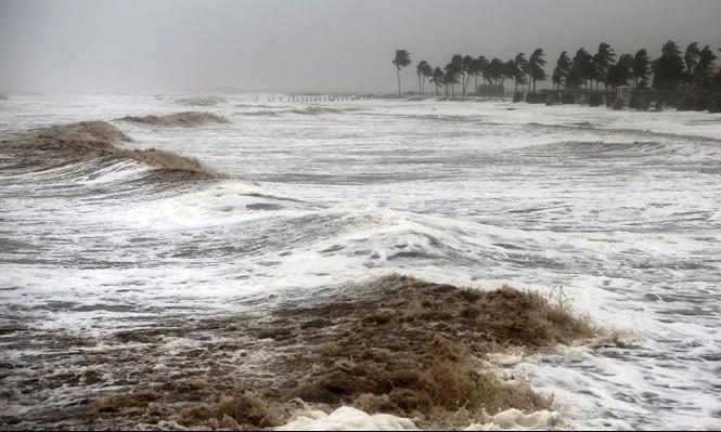 """الإعصار """"ميكونو"""" يخلف 3 ضحايا و 40 مفقودا في سقطرى وعمان"""