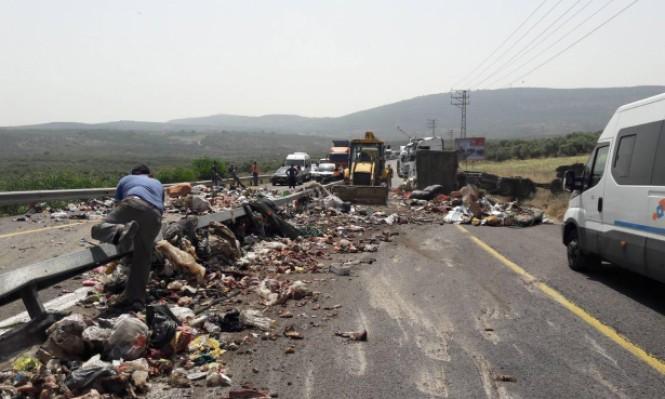 انقلاب شاحنة نفايات وإغلاق شارع قرب دير حنا