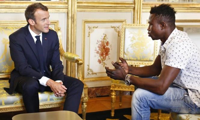 الجنسيّة الفرنسيّة لمهاجر غير شرعيّ أنقذ طفلًا من السّقوط