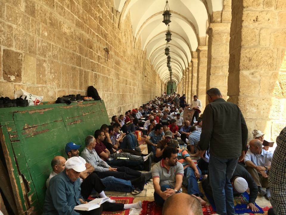 القدس: ربع مليون فلسطيني يؤدون الجمعة الثالثة من رمضان بالأقصى