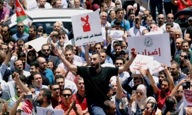 ملك الأردن يدعو لحوار شامل لتجاوز أزمة الضريبة