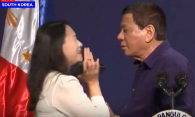 الرئيس الفلبّينيّ يقبّل مواطنةً فيليبّينيّة ببثّ حيّ ويثير جدلًا