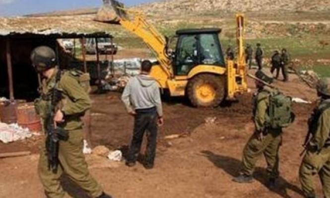 الاحتلال يشرد 5 عائلات بالأغوار يواصل الاعتقالات بالضفة