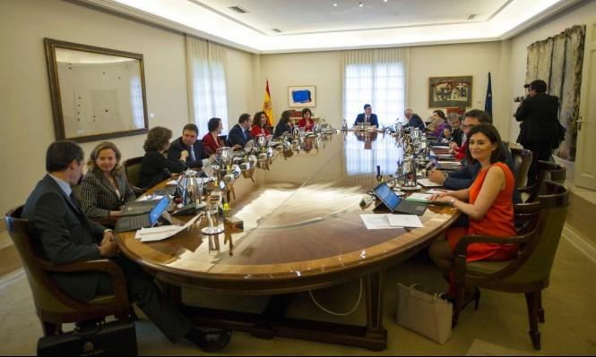 """وزيرة إسبانية تدفع باتجاه تعديل الدستور """"بسبب"""" كاتالونيا"""