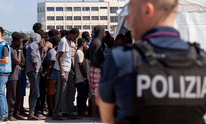 مناشدة إيطاليا السماح لسفينة مهاجرين بالرسو وإسبانيا تعرض المساعدة