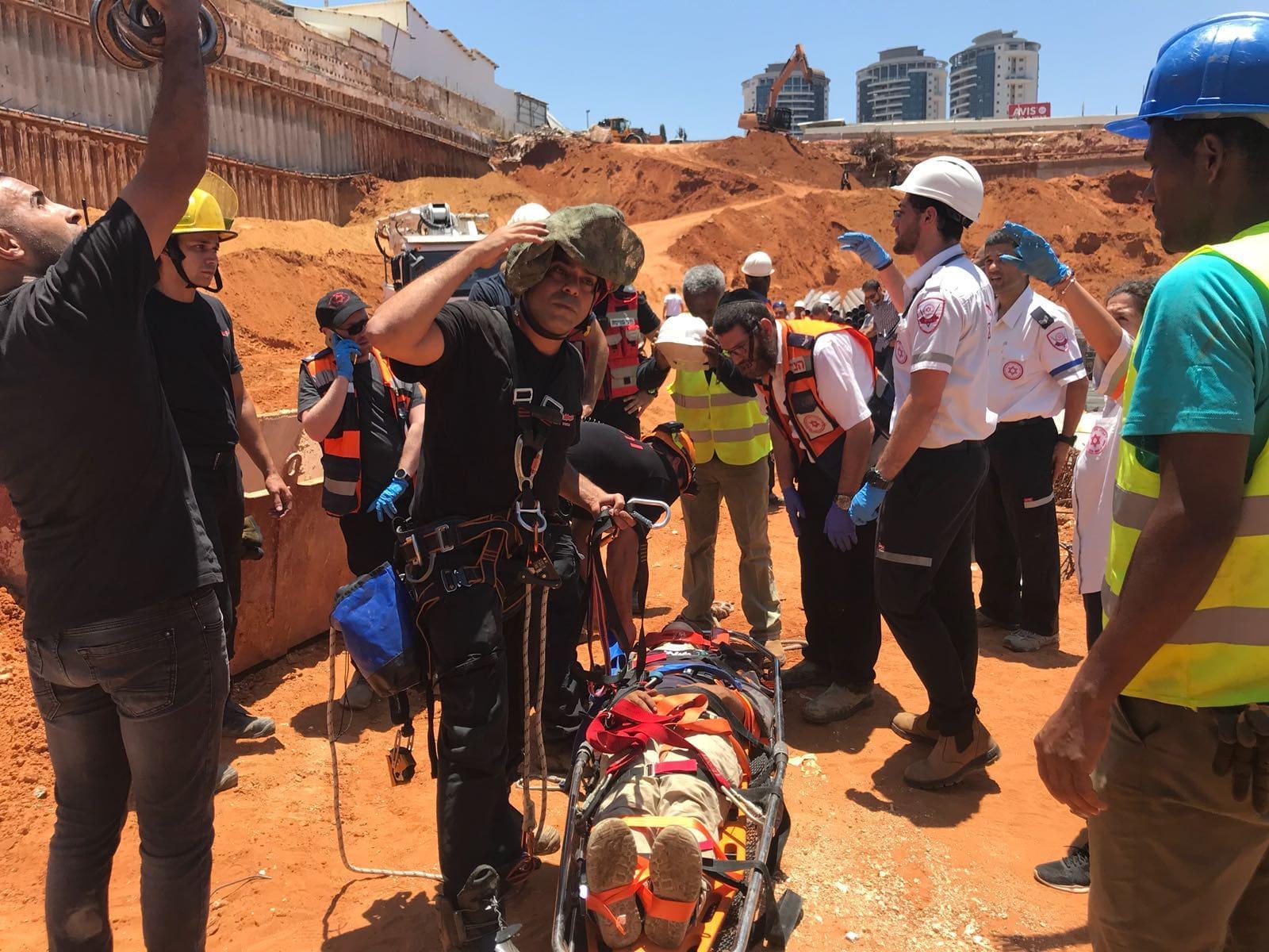 إنقاذ عاملين سقطا في ورشة بناء بوسط البلاد