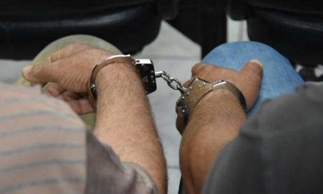 مستوطن يلاحق عربيين ويهددهما بالسلاح والشرطة تعتقلهما