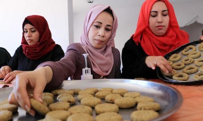 نساء فلسطينيّات يحضرن كعك عيد الفطر (أ ب أ)