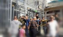 الاحتلال ينكل بمواطنين بالخليل ويجبرهم على خلع ملابسهم