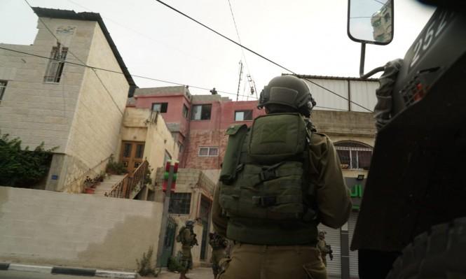 الاحتلال يعتقل 13 فلسطينيا ويصادر عشرات آلاف الشواقل