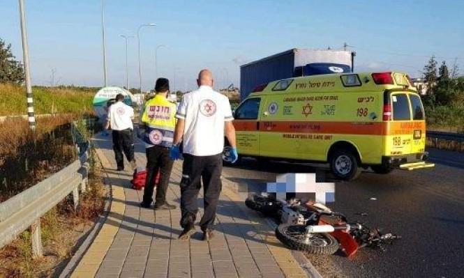 مصرع سائق دراجة نارية بحادث طرق وسط البلاد