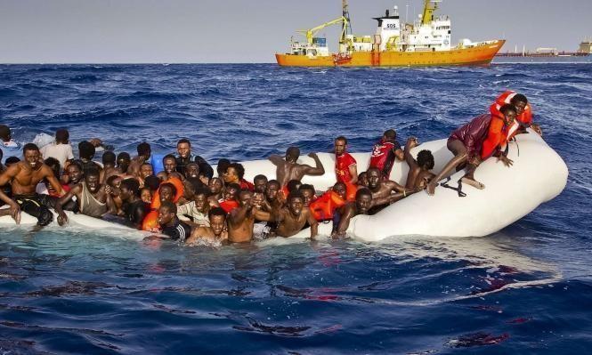 إنقاذُ 300 مهاجر قبالة الشواطئ الليبية