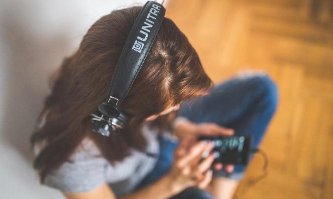 دراسة: الاستماع للموسيقى بسماعات الأذن يعرض الأطفال لضعف السمع