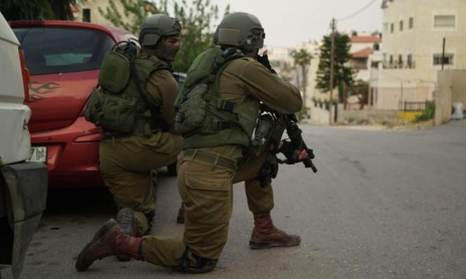 الاحتلال يعتقل 16 فلسطينيا بالضفة ويزعم ضبط أسلحة بالخليل