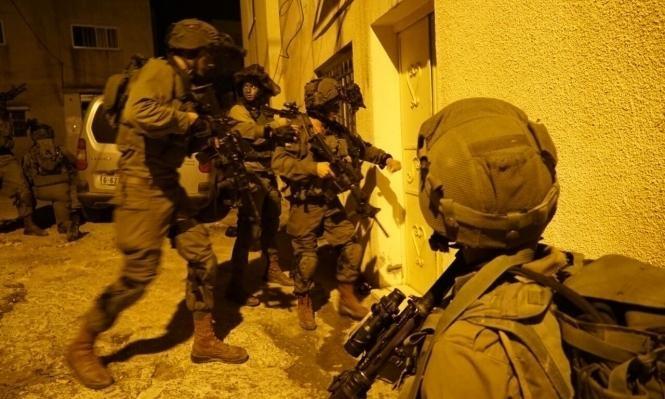مواجهات اعتقالات ومداهمة منازل شهداء وأسرى محررين بالضفة