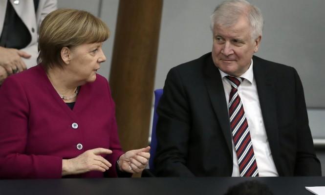 ألمانيا: اللاجئون وميركل في خطر بعد استقالة وزير الداخلية