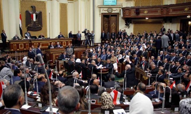 البرلمان المصري يصادق على تحصين قضائي لقادة الانقلاب ومنحهم امتيازات