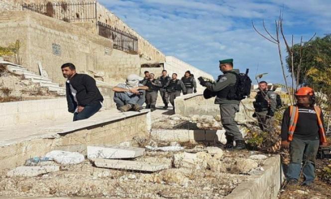 """حراس الأقصى يتصدون لحفريات الاحتلال بـ""""باب الرحمة"""""""