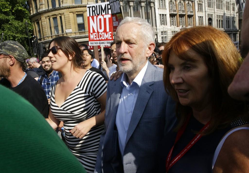 زعيم حزب العمال، جيمي كوربن، من بين المتظاهرين (أ ب)
