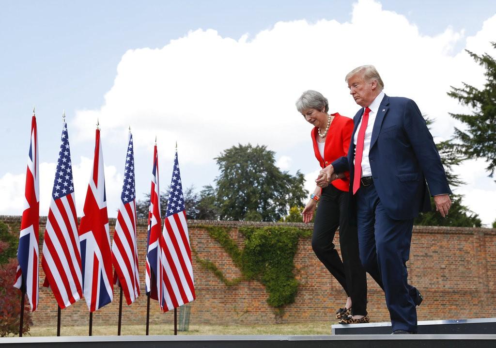 ترامب وماي خلال اللقاء في تشيكرز (أ ب)