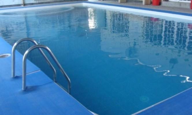 النقب: مصرع طفلة غرقا ببركة فندق وإحالة 6 موظفين للتحقيق