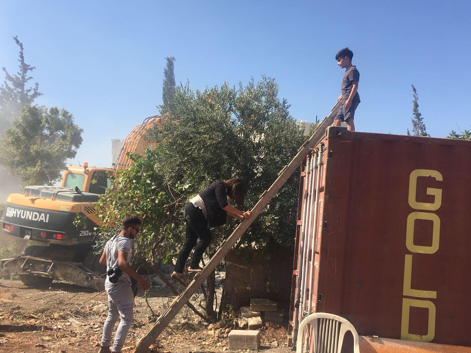 الاحتلال يهدم منزلين ببيت حنينا ويجرف خطوط مياه بنابلس