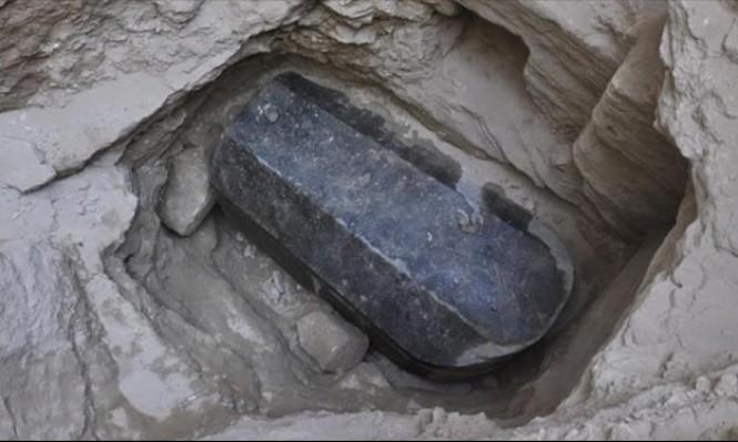 مصر: افتتاح تابوت أثري غامض والعثور على بقايا مومياوات