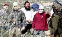 رام الله: مستوطنون يُنفّذون اعتداءات عنصريّة بقرية المغير