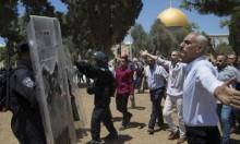 الاحتلال يعتقلُ فلسطينيًا ويُبعِد اثنين عن الأقصى