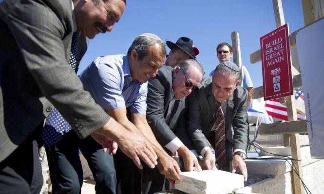 مرشح سابق للرئاسة الأميركية يشارك بتدشين حي استيطاني في الضفة