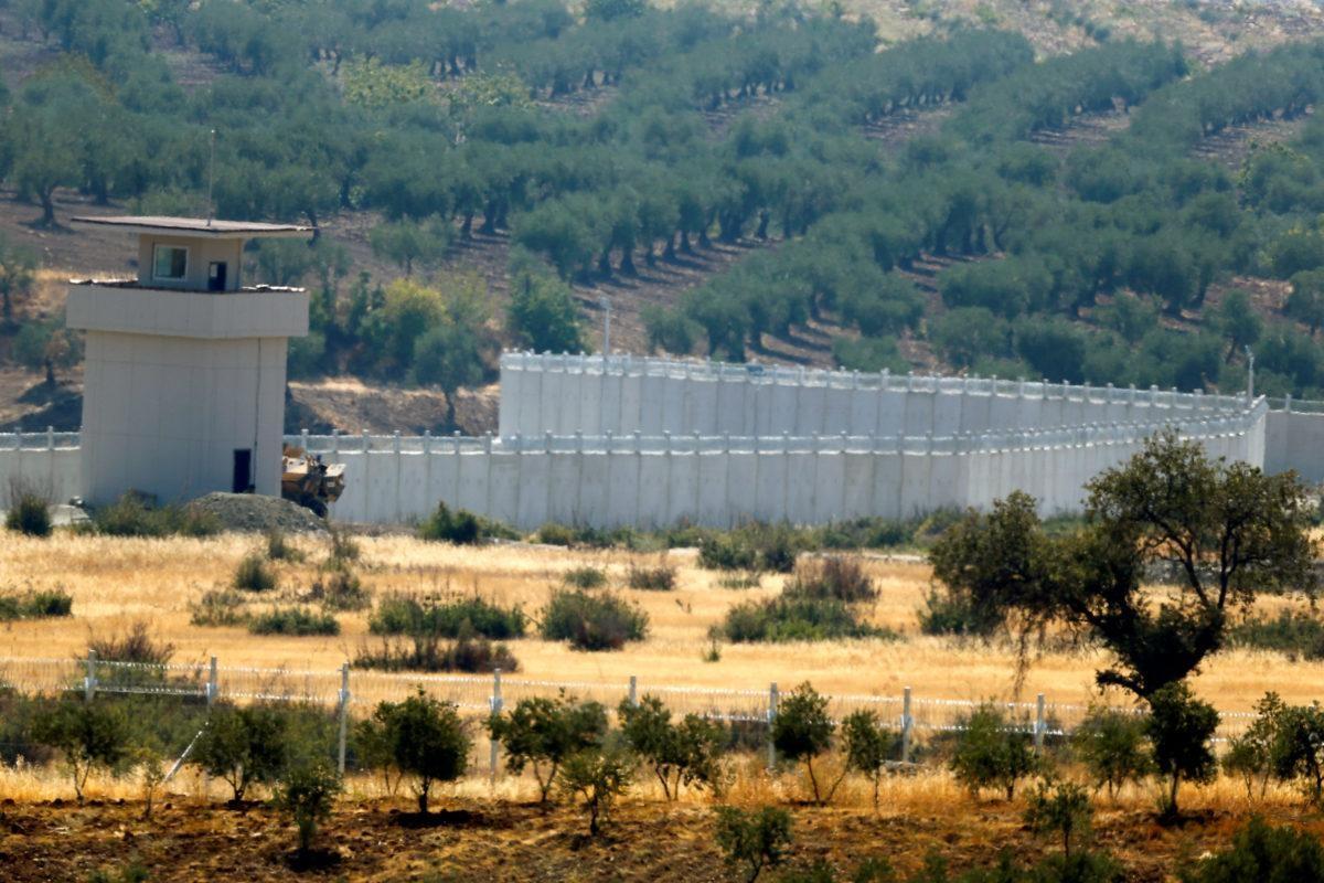 جدران الأتراك في إدلب (رويترز)