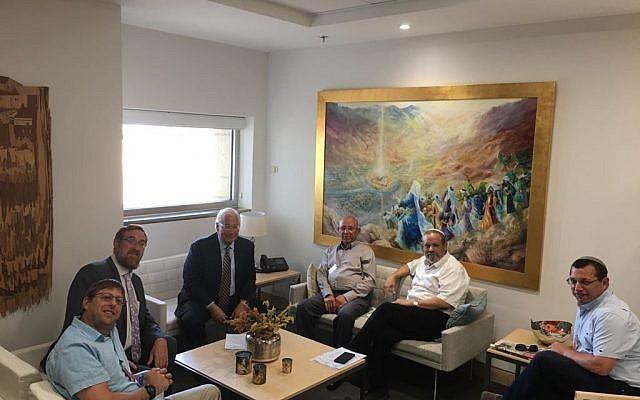 المستوطنون برفقة رجل الأعمال الفلسطيني محمد ناصر (المجلس الإقليمي لمستوطنات جنوب الخليل)