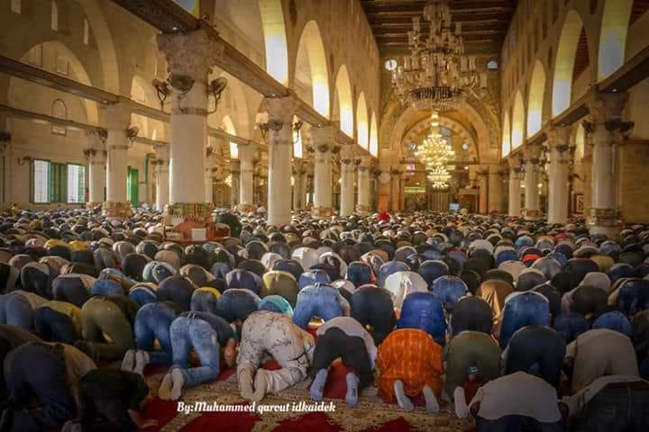 100 ألف فلسطيني يؤدون صلاة العيد في المسجد الأقصى