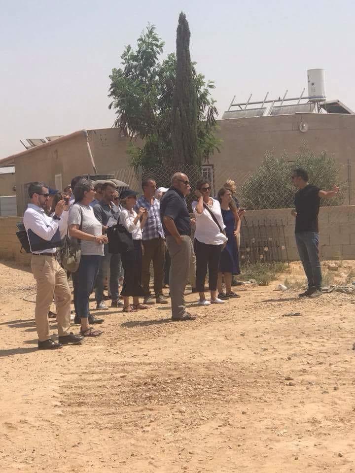 النقب: ممثلو 12 سفارة يزورون الزرنوق بعد هدم منزل