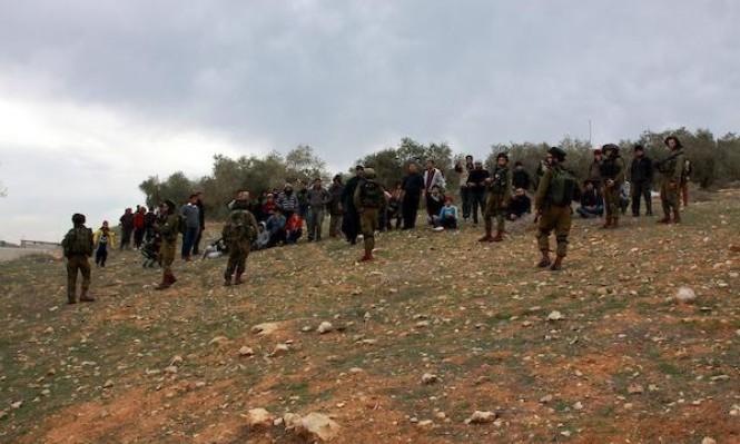 توثيق: مستوطنون يهاجمون منزلا في قرية بورين بحماية جنود الاحتلال