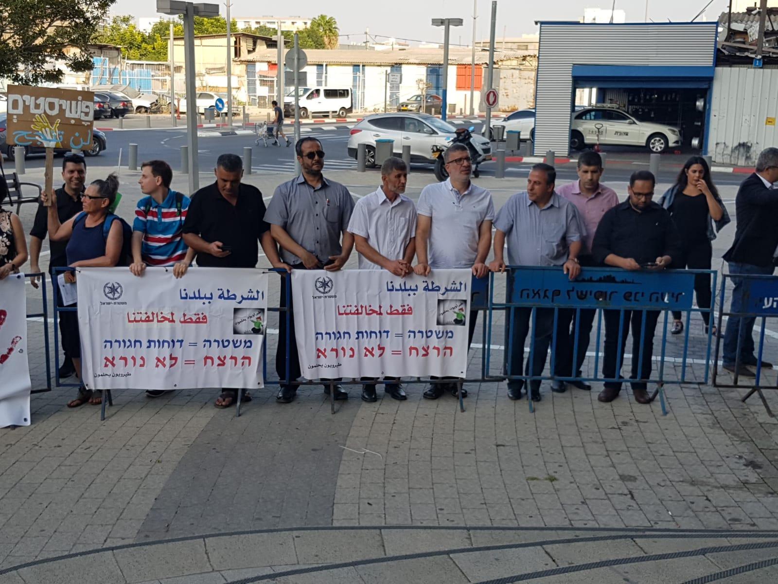 يافا: تظاهرة أمام المقر الرئيسي للشرطة احتجاجا على تقاعسها في مواجهة الجريمة