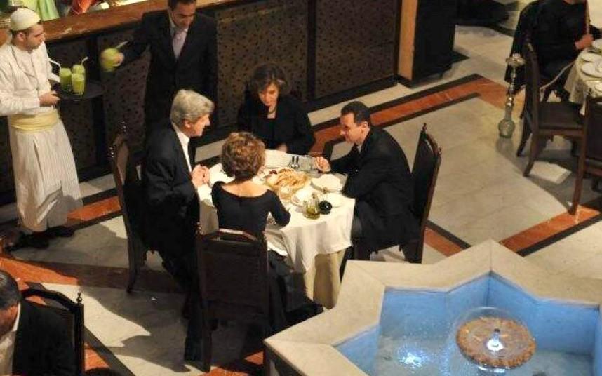 الأسد وكيري في أحد مطاعم دمشق (ديلي ميل)