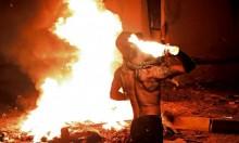 متظاهر يلقي المولوتوف على مبنى حكومي في البصرة