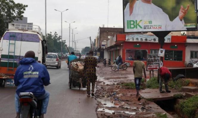 الحمير تتخلّص من قمامة البشر في العاصمة باماكو