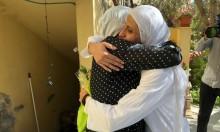 الشاعرة دارين طاطور ووالدتها لدى وصولها بيتها