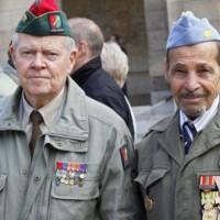 ماكرون يُكرم عملاء جزائريين بعد أن احتقرتهم فرنسا لعقود